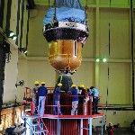 Az Indiai Ûrkutatási Szervezet (ISRO) által 2013. november 4-én közreadott dátum nélküli képen a Polar Satellite Launch Vehicle (PSLV-C25) nevű űrrakéta harmadik és negyedik fokozatát emelik helyére a dél-indiai Andhra Prades államban fekvő Szriharikota város Szatis Dhavan Ûrközpontjában. A tervek szerint november 5-én indul útnak a rakéta, hogy a világűrbe juttassa a Mars légkörének kutatására szánt indiai műholdat. (MTI/EPA/Indiai Ûrkutatási Szervezet)