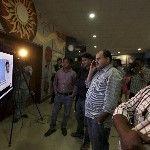 Helyiek nézik Újdelhiben, ahogy útjára indul a Mars légkörének kutatására szánt indiai műhold és a Polar Satellite Launch Vehicle (PSLV-C25) nevű űrrakéta a dél-indiai Andhra Prades államban fekvő Szriharikota város Szatis Dhavan Ûrközpontjából 2013. november 5-én. A rakéta célja, hogy a világűrbe juttassa a műholdat, közkeletű nevén a Mangaljaant – ami hindiül Mars-szondát jelent – a Mars Orbitális Misszió keretében. (MTI/AP/Altaf Kadri)