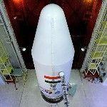 A Mars légkörének kutatására szánt indiai műholdnak és a Polar Satellite Launch Vehicle (PSLV-C25) nevű űrrakéta negyedik fokozatnak a burka látható a dél-indiai Andhra Prades államban fekvő Szriharikota város Szatis Dhavan Ûrközpontjában. A tervek szerint november 5-én indul útnak a rakéta, hogy a világűrbe juttassa a műholdat, közkeletű nevén a Mangaljaant – ami hindiül Mars-szondát jelent – a Mars Orbitális Misszió keretében. (MTI/EPA/Indiai Ûrkutatási Szervezet)