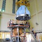 A Polar Satellite Launch Vehicle (PSLV-C25) nevű űrrakéta negyedik fokozatát emelik a harmadikra a dél-indiai Andhra Prades államban fekvő Szriharikota város Szatis Dhavan Ûrközpontjában. A tervek szerint november 5-én indul útnak a rakéta, hogy a világűrbe juttassa a Mars légkörének kutatására szánt indiai műholdat, közkeletű nevén a Mangaljaant – ami hindiül Mars-szondát jelent – a Mars Orbitális Misszió keretében. (MTI/EPA/Indiai Ûrkutatási Szervezet)