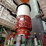 A Polar Satellite Launch Vehicle (PSLV-C25) nevű űrrakéta első fokozatát emelik helyére a dél-indiai Andhra Prades államban fekvő Szriharikota város Szatis Dhavan Ûrközpontjában. A tervek szerint november 5-én indul útnak a rakéta, hogy a világűrbe juttassa a Mars légkörének kutatására szánt indiai műholdat, közkeletű nevén a Mangaljaant – ami hindiül Mars-szondát jelent – a Mars Orbitális Misszió keretében. (MTI/EPA/Indiai Ûrkutatási Szervezet)