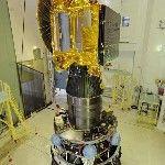 A Mars légkörének kutatására szánt indiai műhold a Polar Satellite Launch Vehicle (PSLV-C25) nevű űrrakéta negyedik fokozatára illesztve látható a dél-indiai Andhra Prades államban fekvő Szriharikota város Szatis Dhavan Ûrközpontjában. A tervek szerint november 5-én indul útnak a rakéta, hogy a világűrbe juttassa a műholdat, közkeletű nevén a Mangaljaant – ami hindiül Mars-szondát jelent – a Mars Orbitális Misszió keretében. (MTI/EPA/Indiai Ûrkutatási Szervezet)