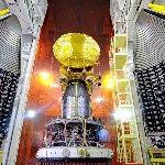 A Mars légkörének kutatására szánt indiai műhold a Polar Satellite Launch Vehicle (PSLV-C25) nevű űrrakéta negyedik fokozatára illesztve látható a dél-indiai Andhra Prades államban fekvő Szriharikota város Szatis Dhavan Ûrközpontjában. A kétoldalon a negyedik fokozat és a műhold külső burkának két fele. A tervek szerint november 5-én indul útnak a rakéta, hogy a világűrbe juttassa Mars-szondát, hindi nevén a Mangaljaant a Mars Orbitális Misszió keretében. (MTI/EPA/Indiai Ûrkutatási Szervezet)