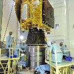 Az Indiai Ûrkutatási Szervezet (ISRO) által 2013. november 4-én közreadott dátum nélküli képen a Polar Satellite Launch Vehicle (PSLV-C25) nevű űrrakéta negyedik fokozatára illesztik a Mars légkörének kutatására szánt indiai műholdat a dél-indiai Andhra Prades államban fekvő Szriharikota város Szatis Dhavan Ûrközpontjában. A tervek szerint november 5-én indul útnak a rakéta, hogy a világűrbe juttassa a műholdat. (MTI/EPA/Indiai Ûrkutatási Szervezet)