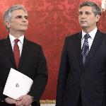 Werner Faymann kancellár (b) és Michael Spindelegger alkancellár, pénzügyminiszter a szeptemberi választások eredményeképpen megalakult új nagykoalíciós osztrák kormány ünnepélyes beiktatásán a bécsi államfői rezidencián, a Hofburgban 2013. december 16-án. (MTI/EPA/Hans Klaus Techt)