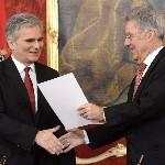 Heinz Fischer osztrák elnök (j) átadja a megbízólevelet Werner Faymann kancellárnak a szeptemberi választások eredményeképpen megalakult új nagykoalíciós osztrák kormány ünnepélyes beiktatásán a bécsi államfői rezidencián, a Hofburgban 2013. december 16-án. (MTI/EPA/Hans Klaus Techt)