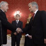 Heinz Fischer osztrák elnök (b) kezet fog Werner Faymann kancellárral, a háttérben Michael Spindelegger alkancellár, pénzügyminiszter (k) a szeptemberi választások eredményeképpen megalakult új nagykoalíciós osztrák kormány ünnepélyes beiktatásán a bécsi államfői rezidencián, a Hofburgban 2013. december 16-án. (MTI/EPA/Hans Klaus Techt)