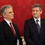 Werner Faymann kancellár és Michael Spindelegger alkancellár, pénzügyminiszter (j) a szeptemberi választások eredményeképpen megalakult új nagykoalíciós osztrák kormány ünnepélyes beiktatásán a bécsi államfői rezidencián, a Hofburgban 2013. december 16-án. (MTI/AP/Ronald Zak)