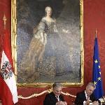 Heinz Fischer osztrák elnök (j) és Werner Faymann kancellár dokumentumot ír alá a szeptemberi választások eredményeképpen megalakult új nagykoalíciós osztrák kormány ünnepélyes beiktatásán a bécsi államfői rezidencián, a Hofburgban 2013. december 16-án. (MTI/EPA/Hans Klaus Techt)