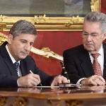 Heinz Fischer osztrák elnök (j) és Michael Spindelegger alkancellár, pénzügyminiszter dokumentumot ír alá a szeptemberi választások eredményeképpen megalakult új nagykoalíciós osztrák kormány ünnepélyes beiktatásán a bécsi államfői rezidencián, a Hofburgban 2013. december 16-án. (MTI/EPA/Hans Klaus Techt)