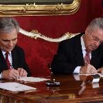 Werner Faymann kancellár (b) és Heinz Fischer osztrák elnök dokumnetumot ír alá a szeptemberi választások eredményeképpen megalakult új nagykoalíciós osztrák kormány ünnepélyes beiktatásán a bécsi államfői rezidencián, a Hofburgban 2013. december 16-án. (MTI/AP/Ronald Zak)