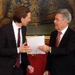 Sebastian Kurz külügyminiszter (b) átveszi megbízólevelét Heinz Fischer osztrák elnöktől a szeptemberi választások eredményeképpen megalakult új nagykoalíciós osztrák kormány ünnepélyes beiktatásán a bécsi államfői rezidencián, a Hofburgban 2013. december 16-án. (MTI/AP/Ronald Zak)