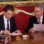 Sebastian Kurz külügyminiszter (b) és Heinz Fischer osztrák elnök dokumentumot ír alá a szeptemberi választások eredményeképpen megalakult új nagykoalíciós osztrák kormány ünnepélyes beiktatásán a bécsi államfői rezidencián, a Hofburgban 2013. december 16-án. (MTI/AP/Ronald Zak)