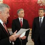Heinz Fischer osztrák elnök (b) beszél, mellette Werner Faymann kancellár és Michael Spindelegger alkancellár, pénzügyminiszter (j) áll a szeptemberi választások eredményeképpen megalakult új nagykoalíciós osztrák kormány ünnepélyes beiktatásán a bécsi államfői rezidencián, a Hofburgban 2013. december 16-án. (MTI/AP/Ronald Zak)