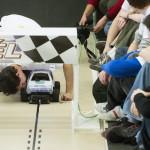 Budapest, 2014. január 11. Robotautóját indítja egy résztvevő a műszaki egyetemen immár ötödik alkalommal megrendezett RobonAUT versenyen 2014. január 11-én. A mesterszakos mérnökhallgatókból álló csapatoknak olyan kisautókat kellett tervezni, amelyek emberi beavatkozás nélkül képesek végighaladni az akadálypályán. MTI Fotó: Koszticsák Szilárd