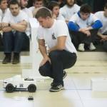 Budapest, 2014. január 11. Robotautóját figyeli egy résztvevő a műszaki egyetemen immár ötödik alkalommal megrendezett RobonAUT versenyen 2014. január 11-én. A mesterszakos mérnökhallgatókból álló csapatoknak olyan kisautókat kellett tervezni, amelyek emberi beavatkozás nélkül képesek végighaladni az akadálypályán. MTI Fotó: Koszticsák Szilárd