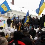 Aktivisták a kijevi kormányellenes tüntetők melletti szimpátiademonstráción, ahol bejelentették az alternatív helyhatalmi szerv szerepét betölteni hivatott Kárpátalja megyei néptanács megalakulását 2014. január 28-án. MTI Fotó: Nemes János