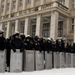 Rendőrök a kijevi kormányellenes tüntetők melletti szimpátiademonstráción, ahol bejelentették az alternatív helyhatalmi szerv szerepét betölteni hivatott Kárpátalja megyei néptanács megalakulását 2014. január 28-án. MTI Fotó: Nemes János
