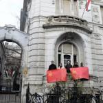 Budapest, 2014. január 18. Az Együtt-PM szövetség aktivistái szovjet zászlót mintázó molinót tartanak a Fidesz-székház erkélyén Karácsony Gergelynek, a szövetség társelnökének sajtótájékoztatója alatt, amelyet Nem leszünk orosz gyarmat! címmel tartott Budapesten, a Lendvay utcában 2014. január 18-án. MTI Fotó: Soós Lajos