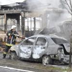 Tűzoltók dolgoznak az oltás utómunkálatain a X. kerületi Sírkert utcában 2014. január 16-án, ahol összeütközött egy villamos, egy teherautó és egy személyautó, majd mindhárom jármű kigyulladt. A három jármű egy átjáróban ütközött össze a villamossínen. A személyautó, a teherautó, valamint a 37A jelzésű villamos első kocsija teljesen kiégett. A balesetben a teherautóban egy ember, a villamosban pedig két utas sérült meg könnyebben. MTI Fotó: Mihádák Zoltán