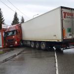 Baleset helyszíne Budapesten, a XV. kerületben, a Rákospalotai határút és Késmárk utca kereszteződésében, ahol keresztbe fordult és az út szélén található zöldséges üzletnek ütközött egy szlovák rendszámú kamion 2014. január 20-án. A balesetben senki sem sérült meg. MTI Fotó: Mihádák Zoltán