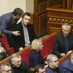 Vitalij Klicsko, az Ütés (Udar) nevű ellenzéki párt vezetője (felül, b2) az ukrán parlamentnek a válságból kivezető lépések megvitatására összehívott rendkívüli ülésén a kijevi parlament üléstermében 2014. január 28-én. (MTI/EPA/Szerhij Dolzsenko)