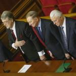 Viktor Juscsenko, Leonyid Kucsma és Leonyid Kravcsuk volt ukrán elnökök (b-j) az ukrán parlamentnek a válságból kivezető lépések megvitatására összehívott rendkívüli ülésén a kijevi parlament üléstermében 2014. január 28-én. (MTI/EPA/Szerhij Dolzsenko)