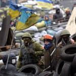Kormányellenes tüntetők egy barikád tetején Kijevben 2014. január 28-án. (MTI/EPA/Makszim Sipenkov)