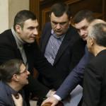 Vitalij Klicsko, az Ütés (Udar) nevű ellenzéki párt vezetője (felül, b2) képviselőtársaival beszélget az ukrán parlament rendkívüli ülésén Kijevben 2014. január 28-án. Az ukrán parlament visszavonta a január 16-án elfogadott, az alapvető szabadságjogokat csorbító törvényeket, amelyek az Európa-párti tüntetések radikalizálódásához vezettek. Mikola Azarov miniszterelnök felajánlotta lemondását.(MTI/EPA/Szerhij Dolzsenko)