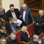 Vitalij Klicsko, az Ütés (Udar) nevű ellenzéki párt vezetője (hátsó sorban középen) képviselőtársaival beszélget az ukrán parlament rendkívüli ülésén Kijevben 2014. január 28-án. Az ukrán parlament visszavonta a január 16-án elfogadott, az alapvető szabadságjogokat csorbító törvényeket, amelyek az Európa-párti tüntetések radikalizálódásához vezettek. Mikola Azarov miniszterelnök felajánlotta lemondását.(MTI/EPA/Szerhij Dolzsenko)