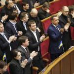 Képviselők tapsolnak az ukrán parlament rendkívüli ülésén Kijevben 2014. január 28-án. Az ukrán parlament visszavonta a január 16-án elfogadott, az alapvető szabadságjogokat csorbító törvényeket, amelyek az Európa-párti tüntetések radikalizálódásához vezettek. Mikola Azarov miniszterelnök felajánlotta lemondását. (MTI/EPA/Szerhij Dolzsenko)