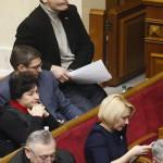 Vitalij Klicsko, az Ütés (Udar) nevű ellenzéki párt vezetője (felül) az ukrán parlament rendkívüli ülésén Kijevben 2014. január 28-án. Az ukrán parlament visszavonta a január 16-án elfogadott, az alapvető szabadságjogokat csorbító törvényeket, amelyek az Európa-párti tüntetések radikalizálódásához vezettek. Mikola Azarov miniszterelnök felajánlotta lemondását.(MTI/EPA/Szerhij Dolzsenko)