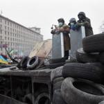 Kormányellenes tüntetők állnak egy barikád tetején rohamrendőröktől elkobzott pajzsokkal  Kijevben 2014. január 28-án. (MTI/EPA/Zurab Kurcikidze)