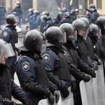Rohamrendőrök állnak sorfalat Kijevben 2014. január 28-án. (MTI/EPA/Zurab Kurcikidze)