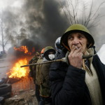 Kormányellenes tüntetők védelmi vonalat alkotnak a rohamrendőrökkel vívott összecsapások közben Kijevben, az Insztyitutszkaja utcában 2014. február 20-án. MTI Fotó: Beliczay László