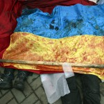 Kormányellenes tüntetők véres ukrán zászlóval letakart holtteste a Függetlenség terén Kijevben, 2014. február 20-án.. MTI Fotó: Beliczay László