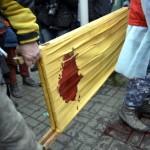 Véres hordágyat visznek kormányellenes tüntetők a rohamrendőrökkel vívott összecsapások közben a Függetlenség terén Kijevben, 2014. február 20-án. MTI Fotó: Beliczay László