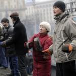Csatárláncban adják egymásnak az utcaköveket a barikádot építő kormányellenes tüntetők a Függetlenség terén Kijevben, 2014. február 20-án. MTI Fotó: Beliczay László