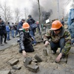 Utcaköveket szednek fel a barikádot építő kormányellenes tüntetők a Függetlenség terén Kijevben, 2014. február 20-án. MTI Fotó: Beliczay László