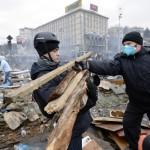 Barikád építéshez gyűjtik a fát kormányellenes tüntetők a Függetlenség terén Kijevben, 2014. február 20-án. MTI Fotó: Beliczay László