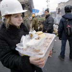 Élelmet visz egy nő kormányellenes tüntetőknek a Függetlenség terén Kijevben, 2014. február 20-án. MTI Fotó: Beliczay László