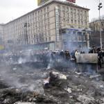 Füstölgő barikádmaradványok a kormányellenes tüntetőt és a rohamrendőrök összecsapása után a Függetlenség terén Kijevben, 2014. február 20-án. MTI Fotó: Beliczay László