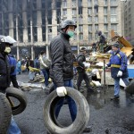 Barikád építéshez hordják az autógumit kormányellenes tüntetők a Függetlenség terén Kijevben, 2014. február 20-án. MTI Fotó: Beliczay László