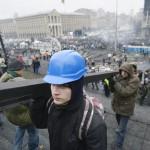 Fémrudat visznek barikádot építő kormányellenes tüntetők a Függetlenség terén Kijevben, 2014. február 20-án. MTI Fotó: Beliczay László