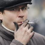 Egy kormányellenes tüntető dohányzik a Függetlenség terén Kijevben, 2014. február 20-án. MTI Fotó: Beliczay László