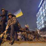Barikádot építenek éjszaka a tüntetők az Európai téren Kijevben 2014. február 20-án. MTI Fotó: Beliczay László