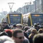 Érdeklődők az új 2-es villamosvonal átadási ünnepségén a debreceni Kossuth téren 2014. február 26-án. MTI Fotó: Czeglédi Zsolt