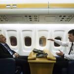 Martonyi János külügyminiszter (b) és Miroslav Lajcák szlovák külügyminiszter beszélget útban Kijev felé a szlovák kormánygép fedélzetén 2014. február 27-én. Kijevbe és Donyeckbe utaznak a visegrádi országok (V4) külügyi vezetői, köztük Martonyi János magyar külügyminiszter.MTI Fotó: Koszticsák Szilárd