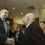 Martonyi János magyar külügyminiszter (b) kezet fog Vitalij Klicskóval, az Ütés (UDAR) párt elnökével (j) egy kijevi szállodában 2014. február 28-án. MTI Fotó: Koszticsák Szilárd