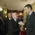 Martonyi János magyar külügyminiszter kezet fog Vitalij Klicskóval, az Ütés (UDAR) párt elnökével (j) egy kijevi szállodában 2014. február 28-án. MTI Fotó: Koszticsák Szilárd